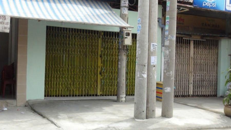 Nhà có cây, cột điện trước cửa.